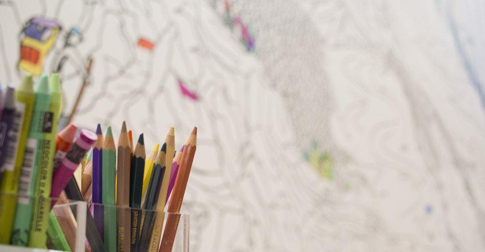 Stifte zur Auswahl – Jeder kann die Messewand bemalen.