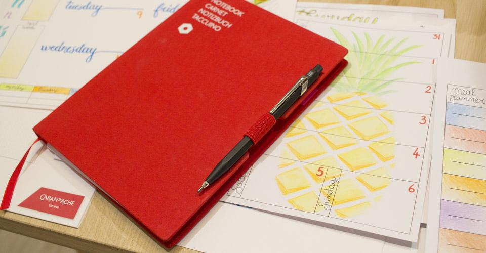 Der Trick mit dem Stift: Ins Gummiband gesteckt und nach vorn auf das Buchcover gezogen hält er das Notizbuch fest verschlossen.