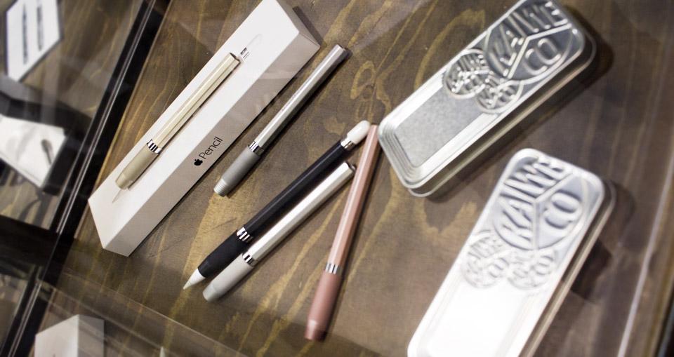 Stilechte Hülle für den Apple Pencil in den passenden metallischen Farben.