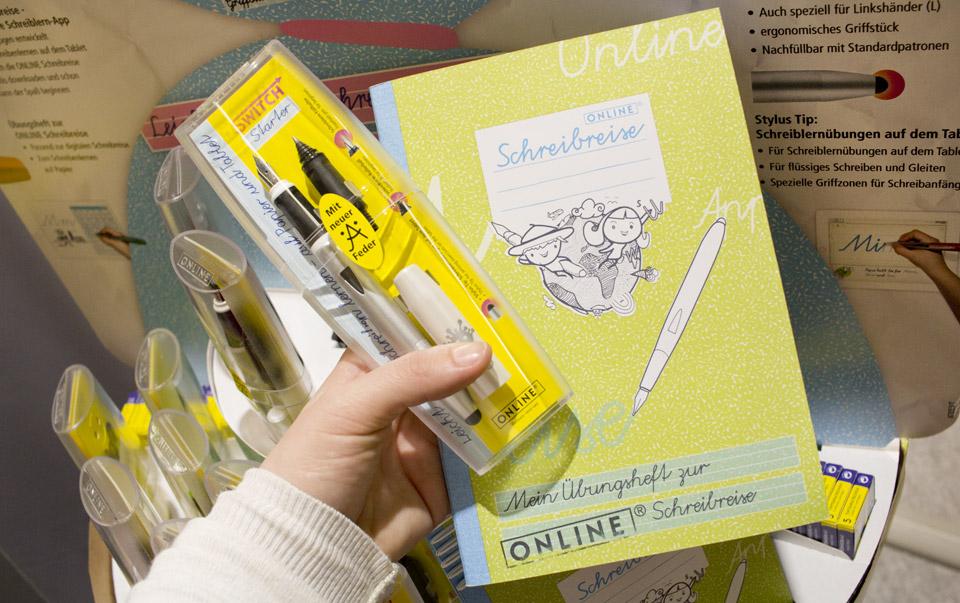 Das Set der Online Schreibreise: Füller, Gelroller und Schreiblernheft.