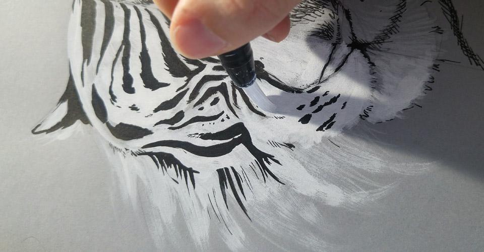 Deckt unglaublich gut auf dem grauen Papier von Hahnemühle –Der Posca Acrylmarker mit Brush-Spitze.