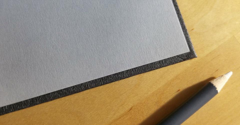 Auch das Innenleben hat eine sehr feine Struktur auf dem lichtgrauen Papier.