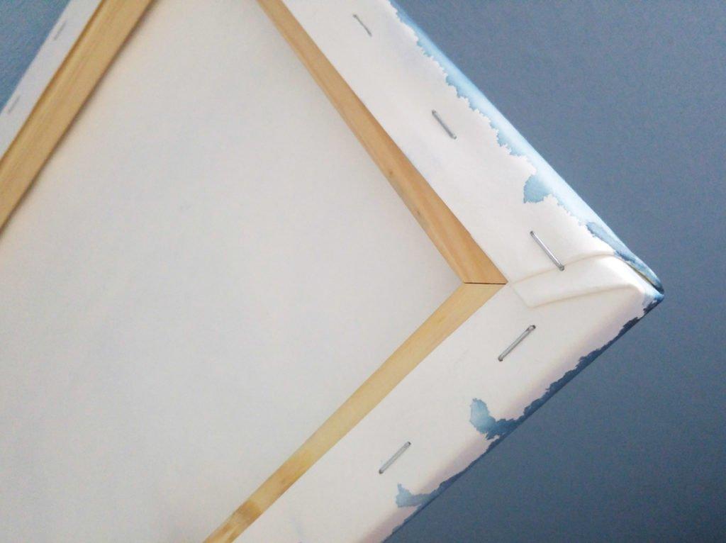 So sieht der bespannte Keilrahmen übrigens von hinten aus – keine Nägel oder Klammern auf der Seite, nur auf dem Rücken des Holzes.