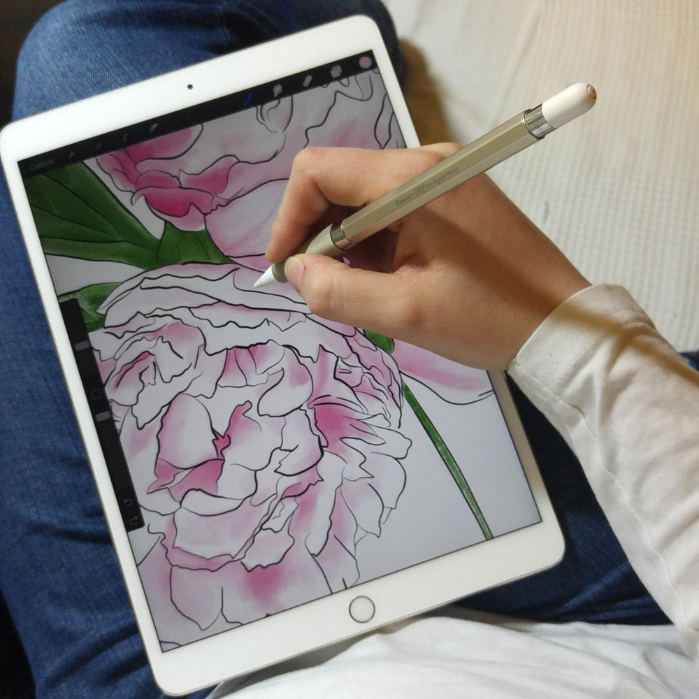Digitales Zeichnen auf dem Sofa auf dem iPad - den Apple Pencil in der schicken Hülle von Kaweco.