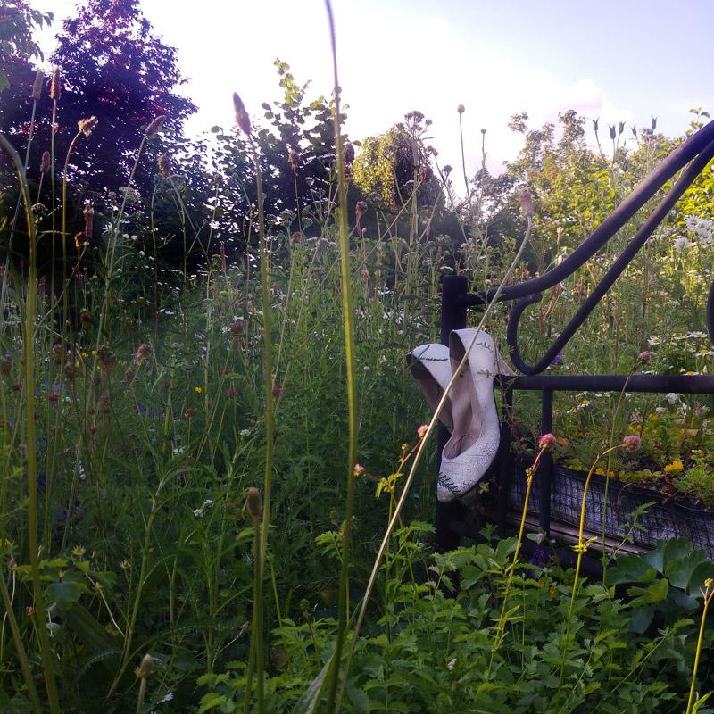 Ein Bett im Kornfeld ist es nicht, es steht in einer Blühwiese.