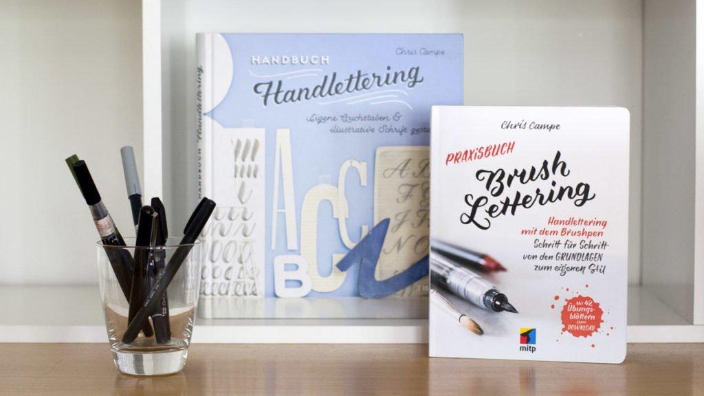 Chris Campe teilt ihr Fachwissen über Handlettering in diesen beiden Büchern.