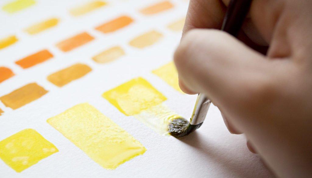 Vier Quadrate mit der gleichen Menge Farbe werden nach dem Trocknen wieder angelöst.