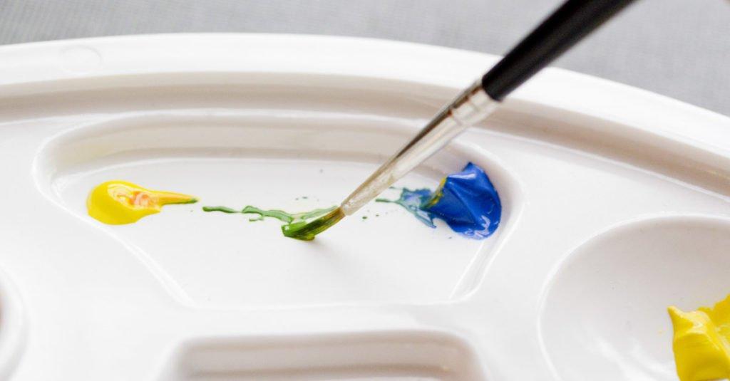 Gelb + Blau = Grün. Gerade die pastösen Gouachefarben lassen sich ganz einfach mischen.