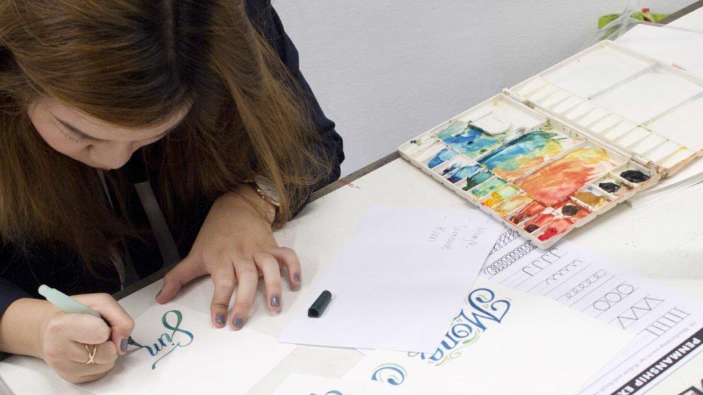 Abbey Sy, Lettering Künstlerin aus Manila, bereitet für jeden Teilnehmer ein individuelles Namensschild.