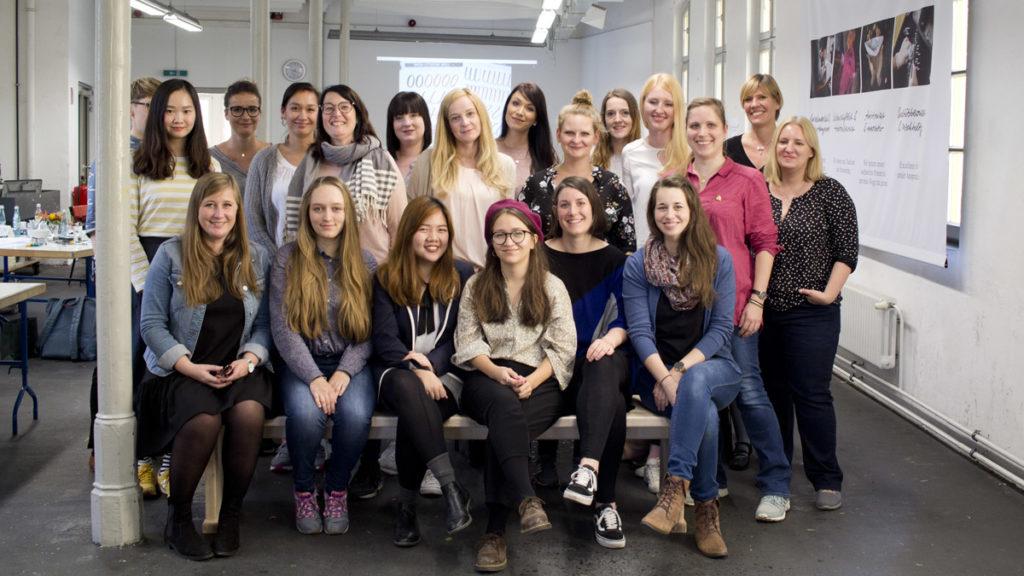 Die Künstler versammelt zum obligatorischen Gruppenfoto in der Akademie Faber-Castell.