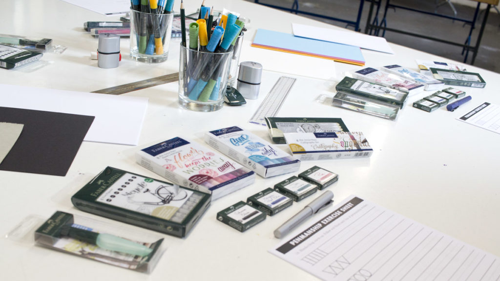 Der Tisch mit den vielen Produkten für uns zum lettern, zeichnen und testen.
