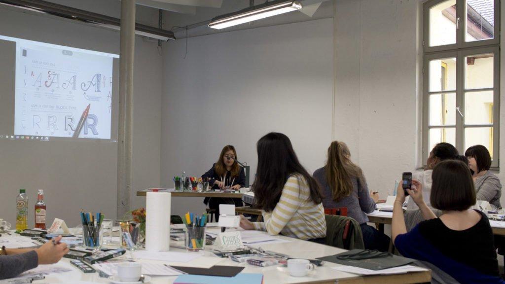 Der Handlettering Workshop mit Abbey Sy beginnt mit dem Zerlegen von Buchstaben in Formen.