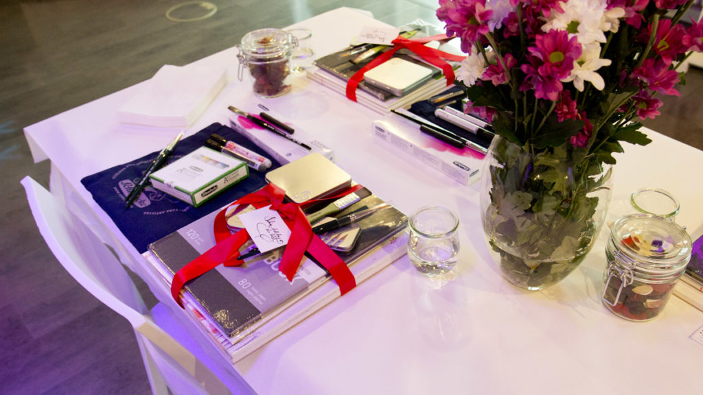 Für jeden Blogger ein gedeckter Tisch mit den Künstlermaterialien für die einzelnen Workshops.