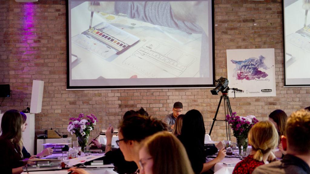 Videotechnik macht es möglich, dass jeder Blogger gut sehen kann, wie Gris mal eben schnell den Aquarellkasten zeichnet.