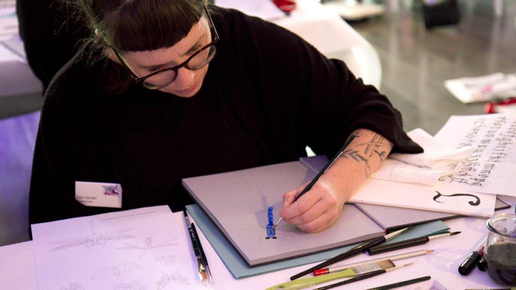"""Die """"Papierheldin"""" zeichnet eine Libelle in ihr Skizzenbuch."""