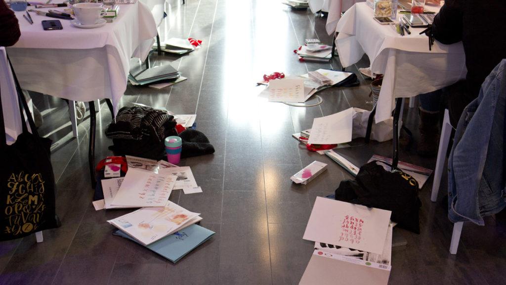 Übrigens waren die Tisch für uns dann doch gar nicht groß genug und das Material musste auf den Boden ausweichen.