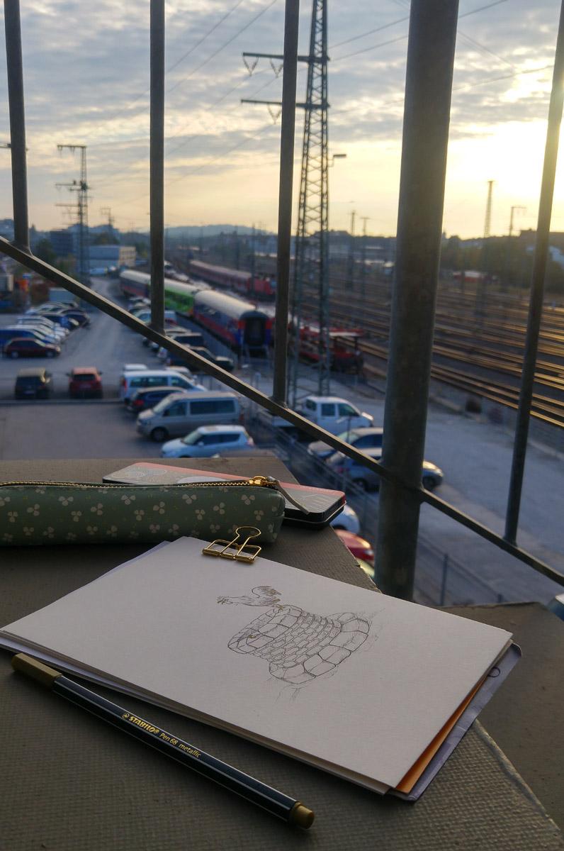 Sonst kräht der Hahn ja vor allem zu Sonnenaufgang - und während dem in Nürnberg hatte ich das Bild auf der Treppe des Motel One fertig gezeichnet.