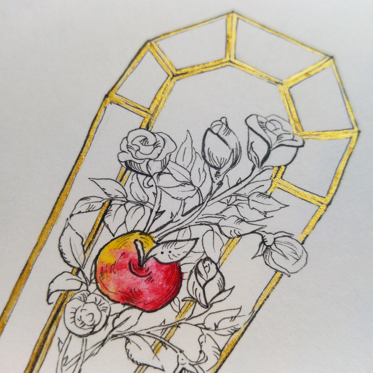 Die sieben Zwerge legten Schneewittchen in einen gläsernen Sarg nachdem sie durch den Biss in den Apfel vergiftet wurde.