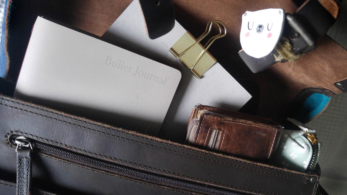 Das schmale Bullet Journal Modimo passt auch noch in die vollste Tasche.