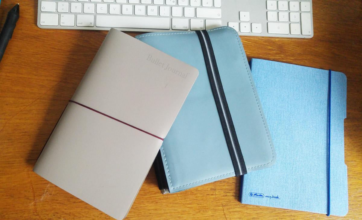 Modimo Bullet Journal, Roterfaden Taschenbegleiter und Herlitz my book auf meinem Schreibtisch.