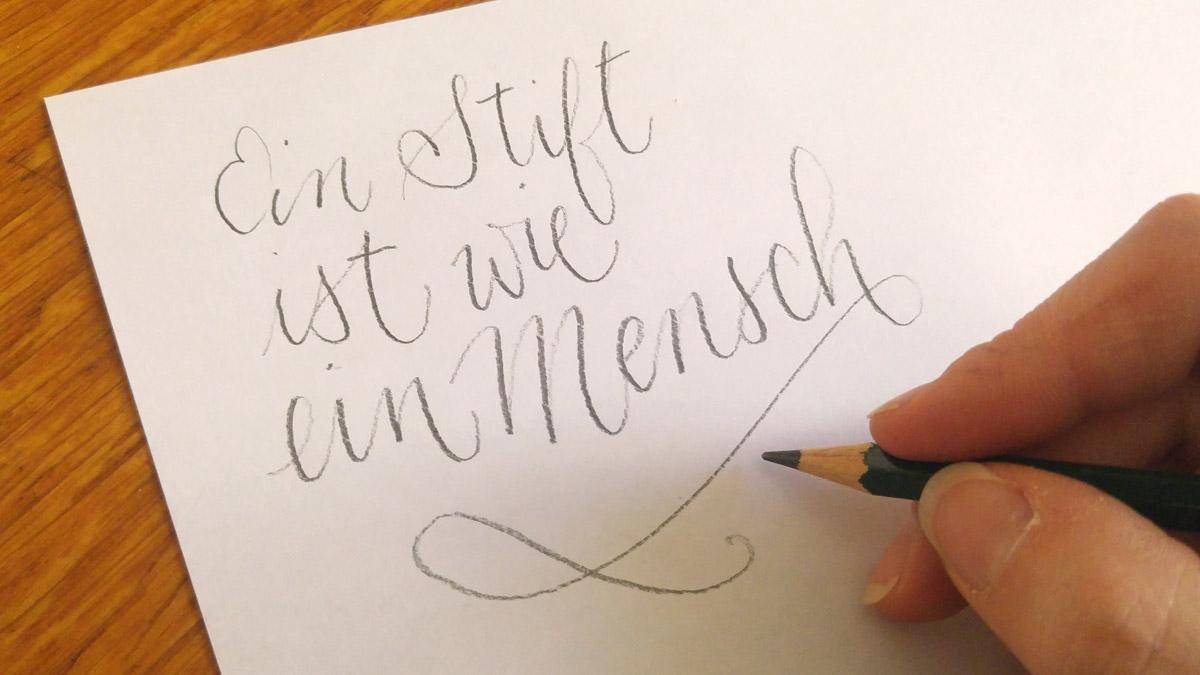 Weicher Bleistift auf Papier, hier sieht man den Druck den ich ausgeübt habe auch an der durchgepausten Struktur meiner Schreibtischplatte.
