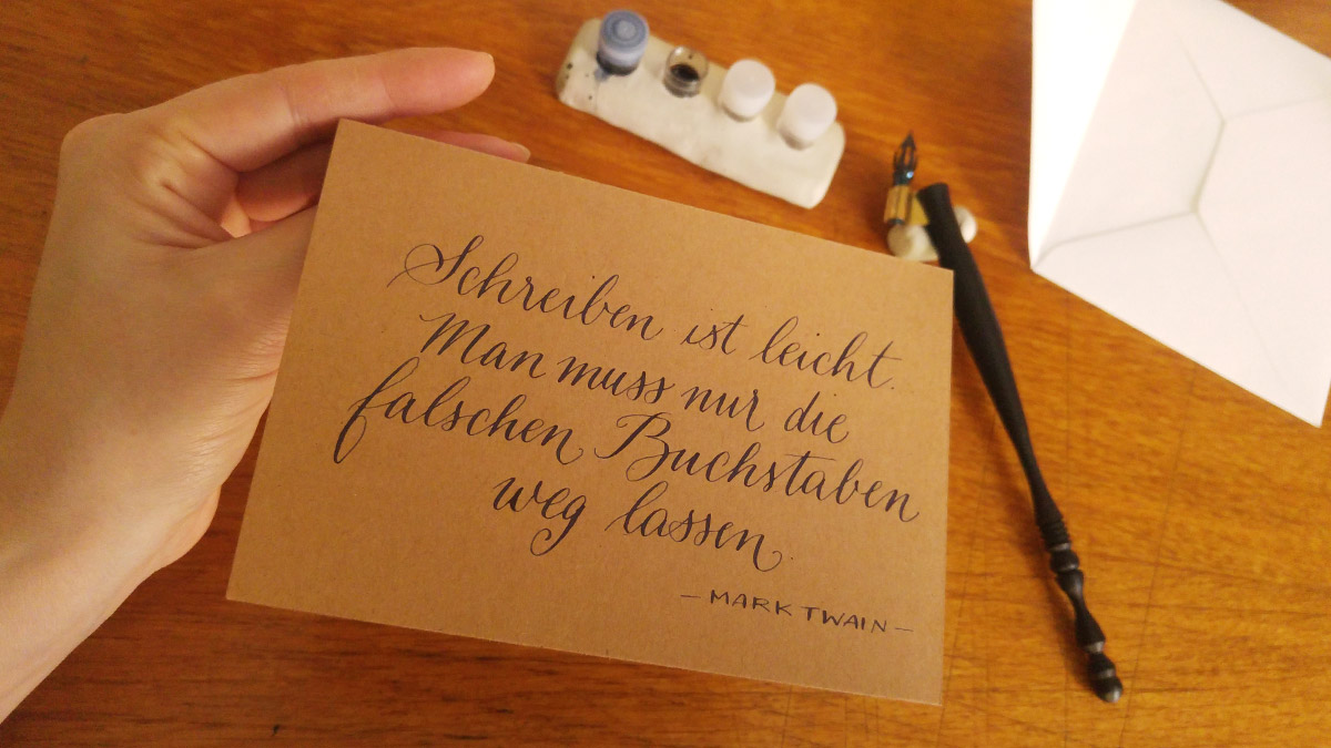 """Die Aussenseite der Karte mit dem Zitat von Mark Twain """"Schreiben ist leicht. Man muss nur die falschen Buchstaben weg lassen."""""""