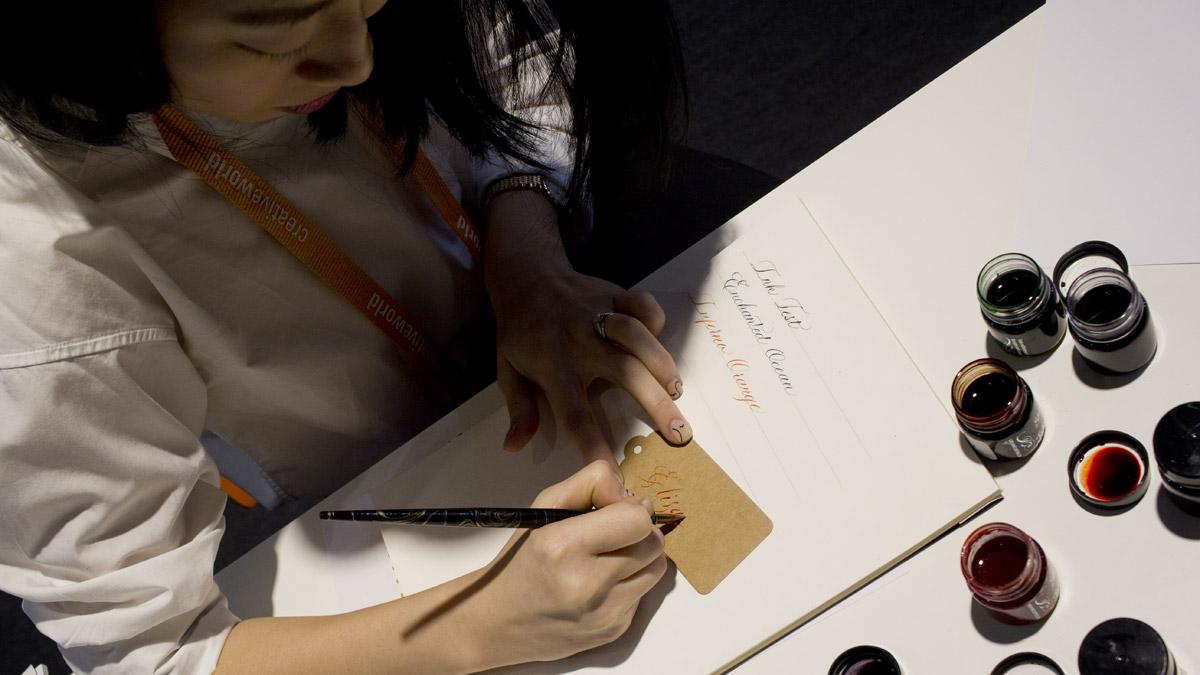 Joyce Lee @artsynibs kalligraphiert mit den Shimmery Inks von Manuscript.
