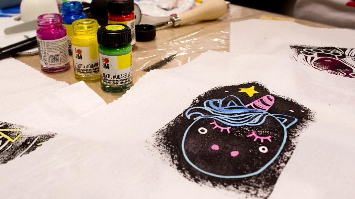 Linoldruck und aquarellierbare Textilfarbe wurde am Stand von Marabu gezeigt.