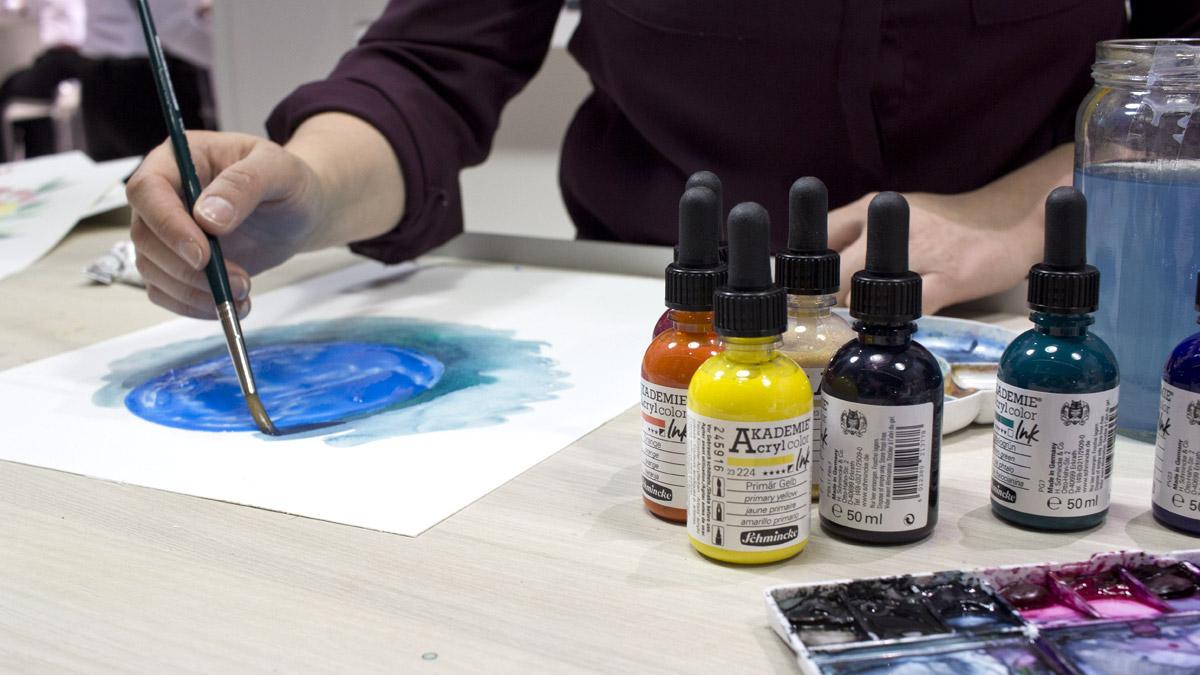 Christin Stapff @maedchenkunst demonstriert die Andwendung der Schmincke Acryl Ink in Verbindung mit Maskierflüssigkeit.