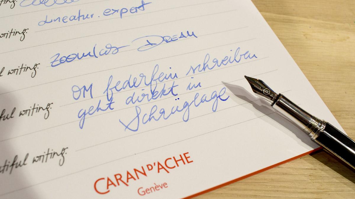 Schreiben mit einer OM-Feder - Durch ihre Schräge verfalle ich sofort in eine kursive Handschrift.