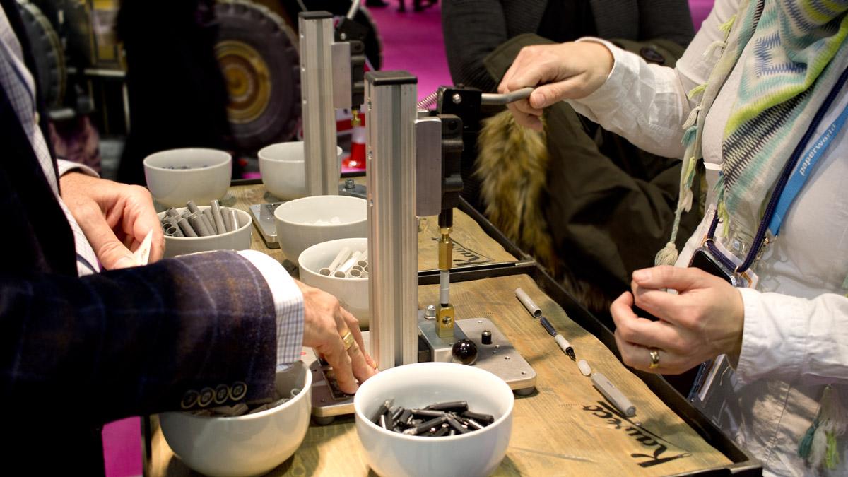 Barbara von Increase Creativity darf ihren eigenen Kaweco Füller zusammen bauen.