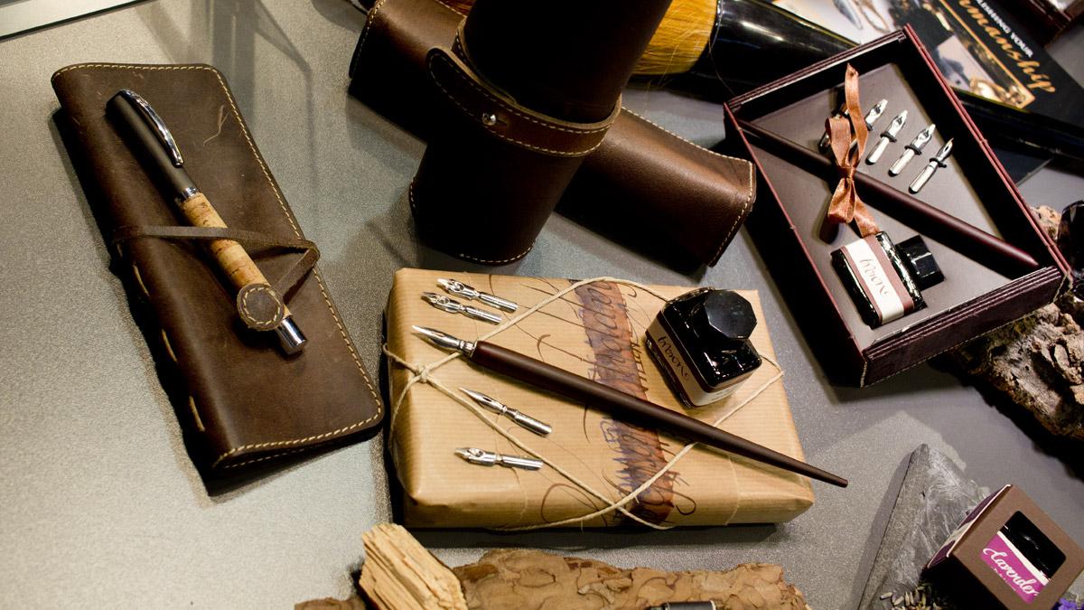 Schöne Kalligraphie Sets aus Holz bei Online Pen - nun auch mit Federn und Federhalter.
