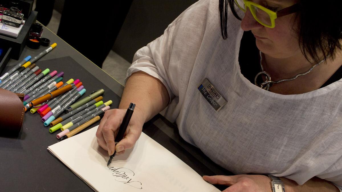 """Ute Gräber """"Schriftkraft"""" präsentiert die Möglichkeiten mit dem Sortiment von Online Pen."""