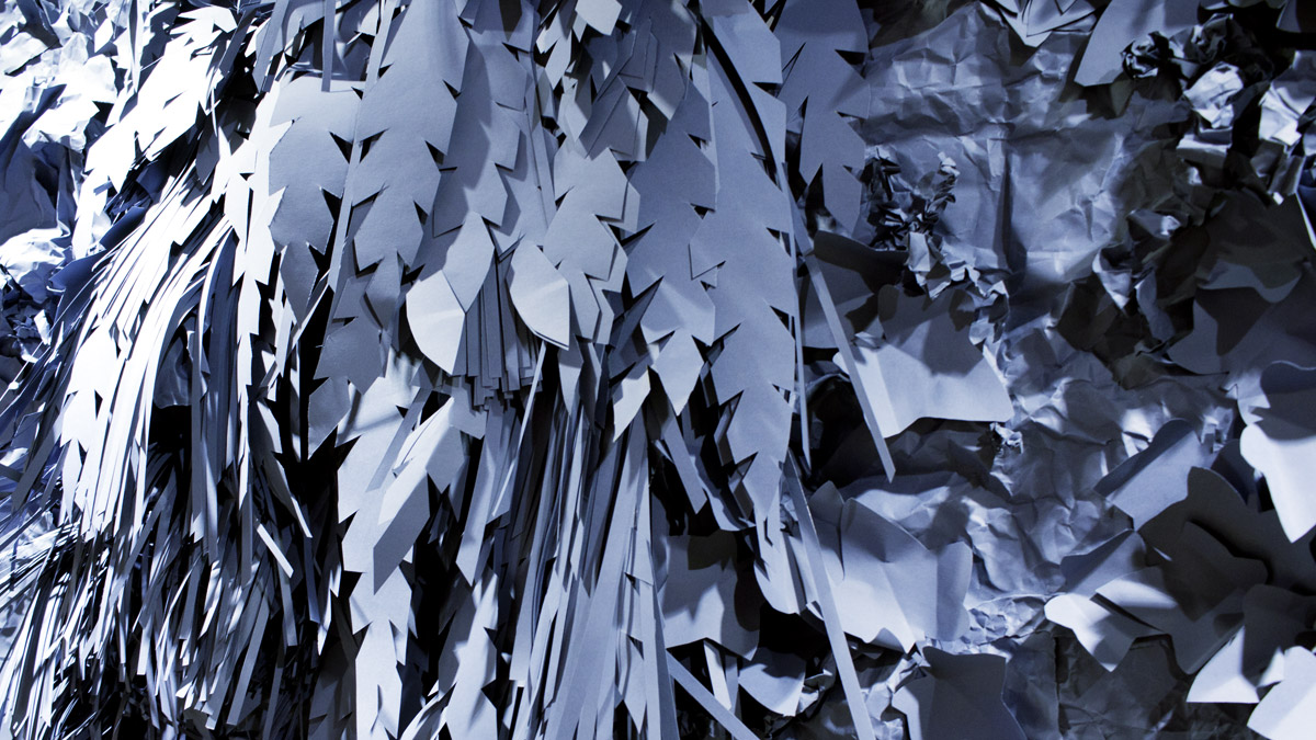 Urban Jungle aus Indigoblauen Papier-Blättern.