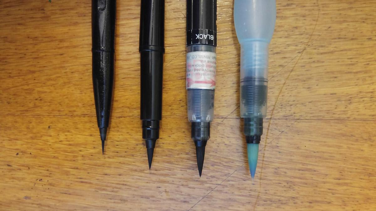 Pentel Stifte von links nach rechts: Der neuen Brush Sign Pen Artist, neben Pocket Brush, Color Brush und dem Wassertankpinsel Aquash.