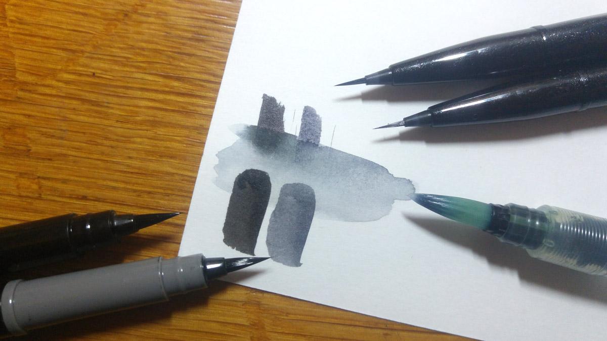 Ist die Pigmenttinte des Pocket Brush durchgetrocknet ist sie Wasserfest. Die des Sign Pen Artist hingegen löst sich mit Wasser auf.