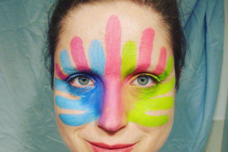 Das Logo des Rare Disease Day in meinem Gesicht.