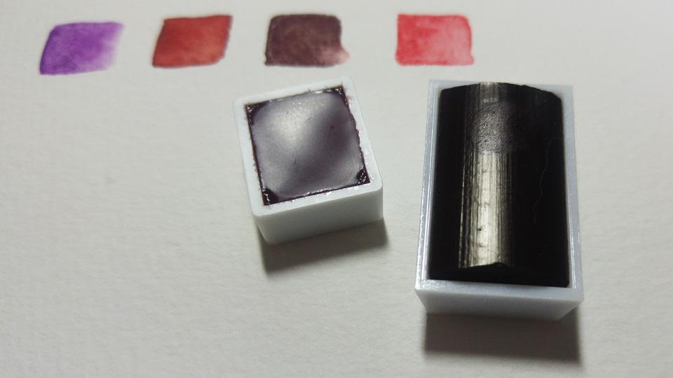 Links die flüssig verfüllte Aquarellefarbe von Schminke, rechts die tablettierte von Winsor and Newton.