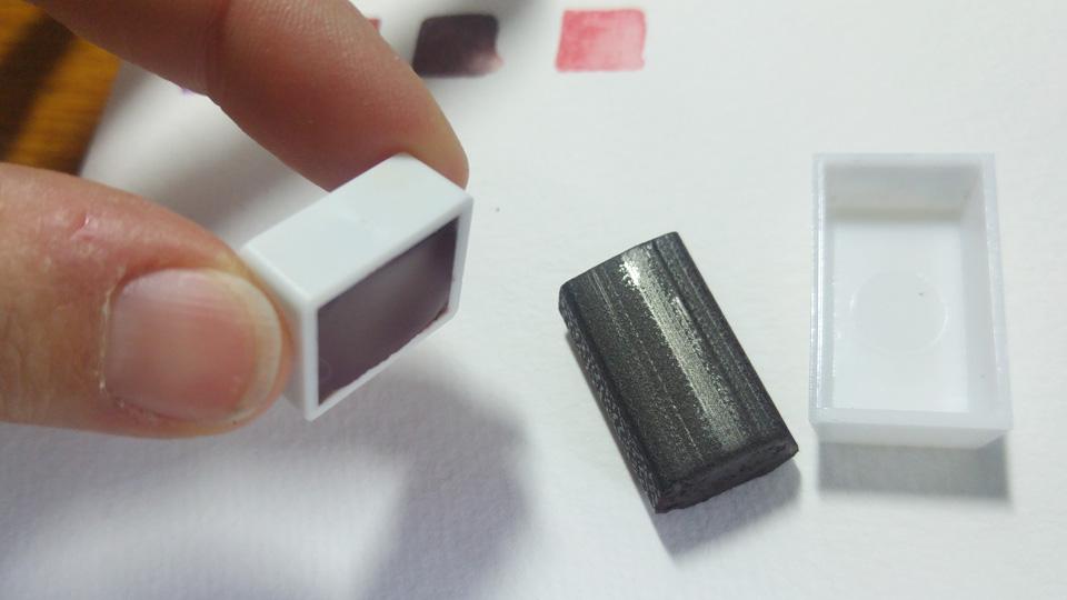 Während die tablettierte Farbe gern mal aus dem Napf fällt, hält die flüssig verfüllte fest im Napf.