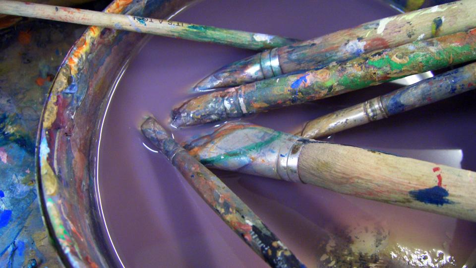 Pinsel möchten gut gepflegt werden. Gereinigt von Farbresten und Pigmenten aber nicht im Wasserbad. Foto: Anna Moser