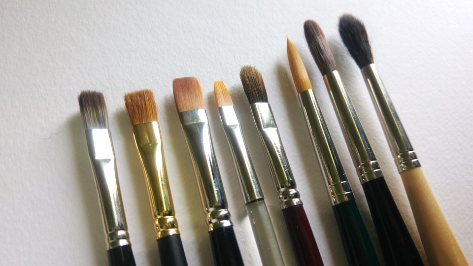 Diese Pinsel verschiedener Hersteller und Formen sind alle mit der Größe 8 ausgezeichnet.