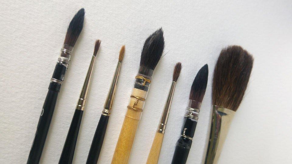"""""""Kleine Straße"""": 0 – 1 – 2 – 2 – 3 – 4 - 5. Die Größen haben auch mit der Art des Pinsels viel zu tun (hier die typischen Verwaschpinsel neben Rundpinseln)."""