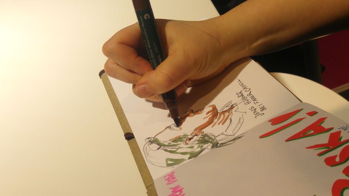 Annabel Herget (USk Mittelhessen) zeichnet auf der Creative World ein Portrait von Jens Hübner während einer Produktpräsentation bei Faber-Castell.