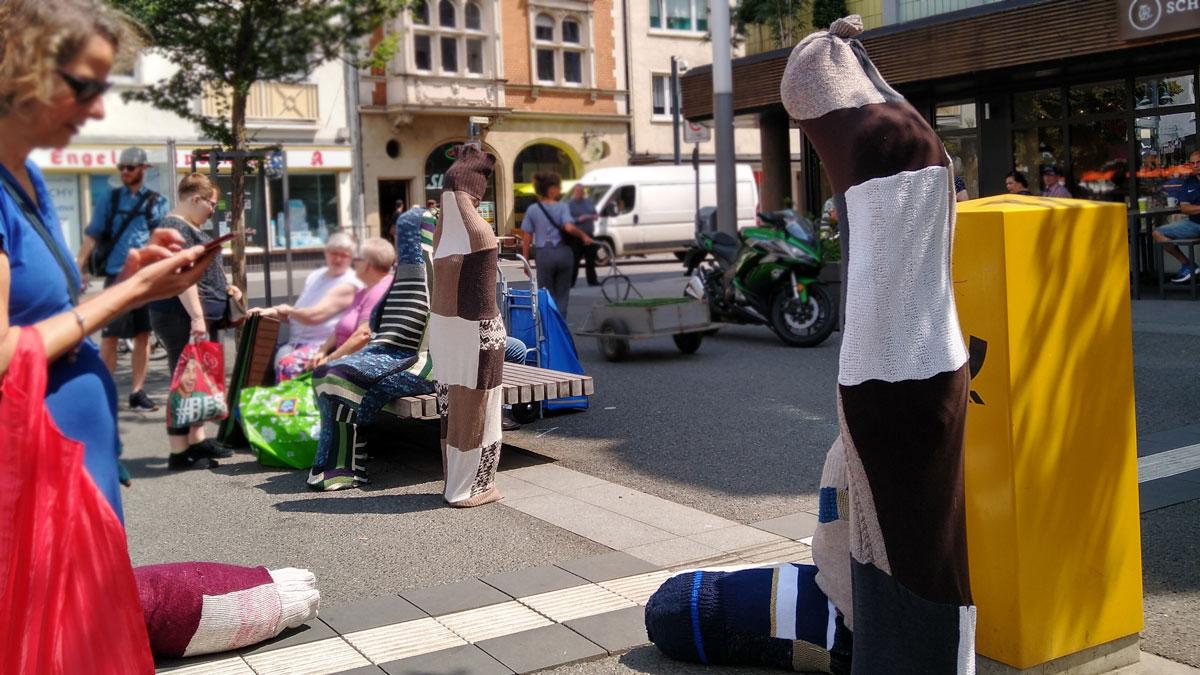 """Performance """"Obviosly she's looking for someone"""" von Susanne Dilger in der Fußgängerzone von Gießen."""