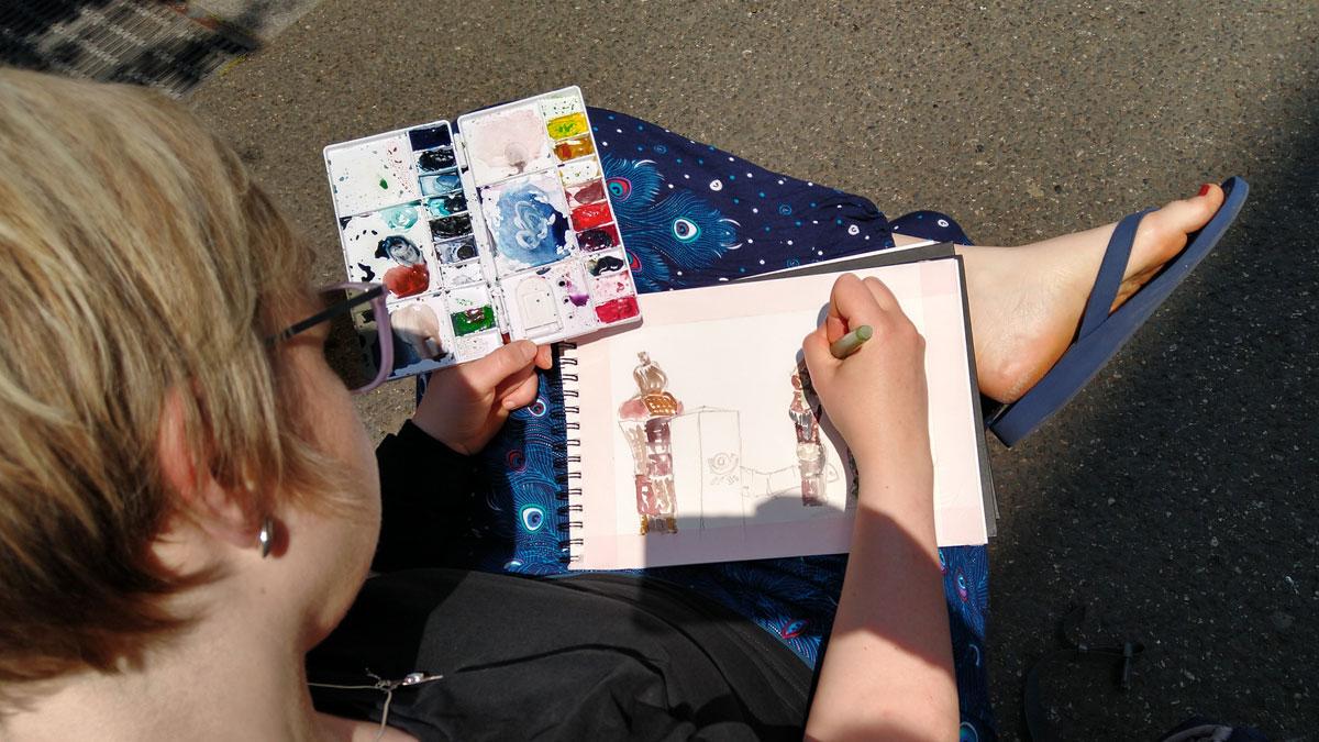 Blick über Annabels Schulter auf Ihr Skizzenbuch und die Mischpalette.