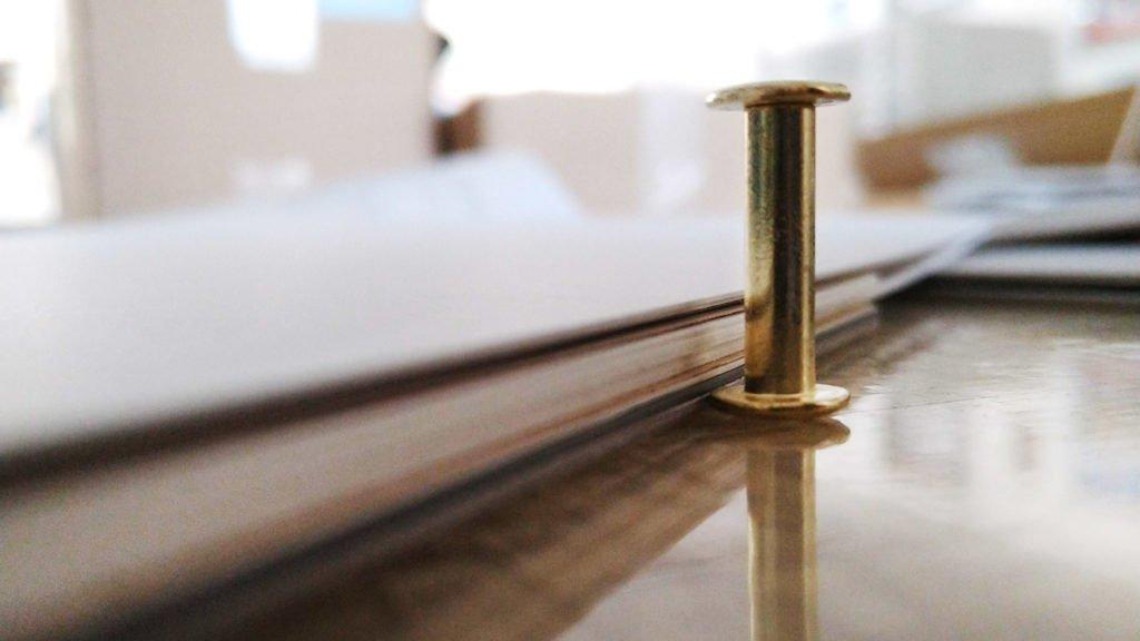 Die Dicke des Skizzenbuches hängt von der Länge der Buchschraube –dem Platz zwischen der Scheibe am Schaft und der Kopfschraube– ab.