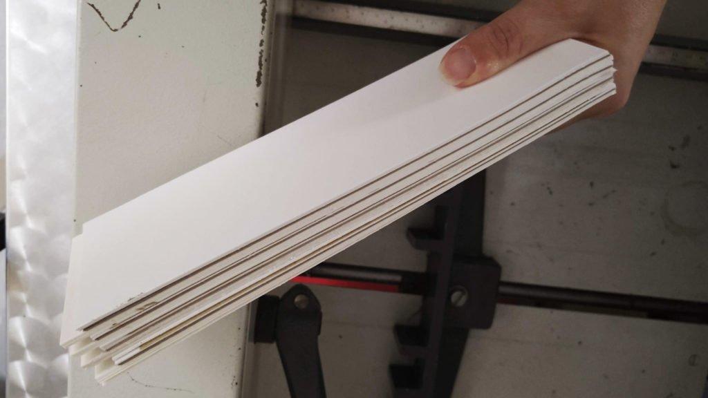 Glatte Schnittkanten dank großer Papierschneidemaschine.