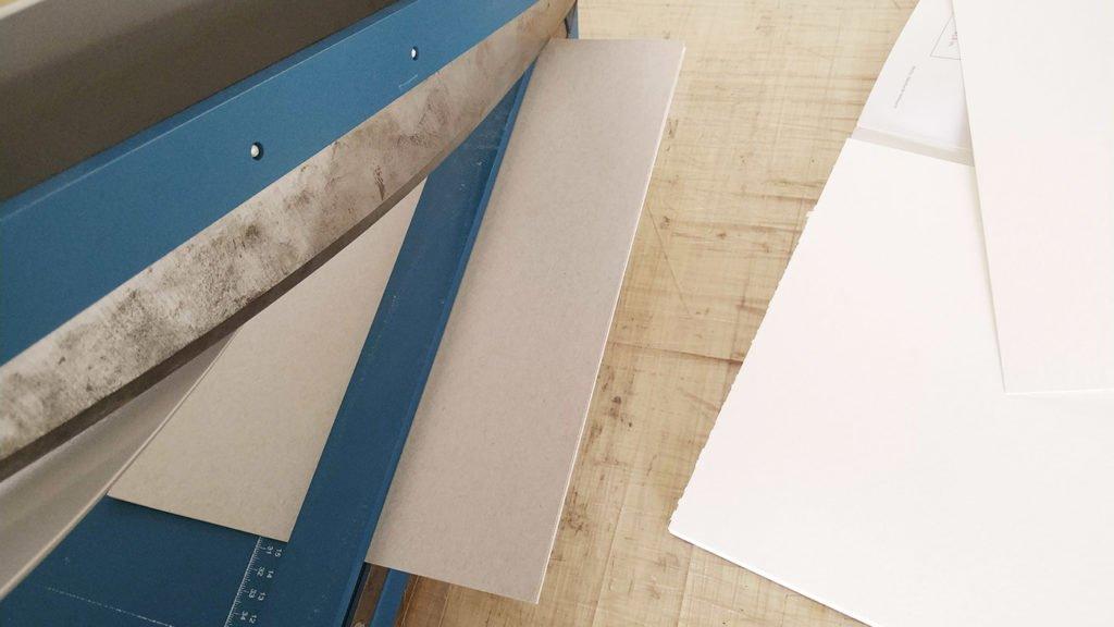 Ein stabiles Schneidebrett für einzelne Seiten des Skizzenbuches.