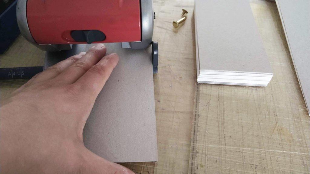 Um das Loch immer an der gleichen Stelle zu haben, ist es gut die Papierkante beim Locher anlegen zu können.