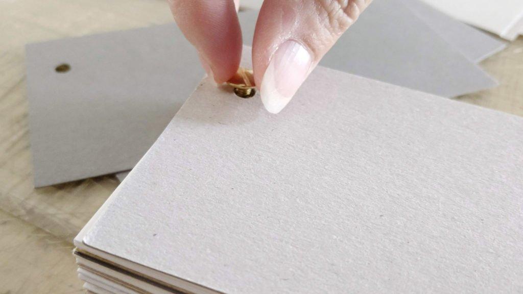 Noch die Kopfschraube in das Gewinde der Buchschraube drehen und schon ist das Skizzenbuch als Papierfächer fertig.